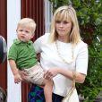 """Reese Witherspoon fait du shopping avec son mari Tim Toth et leurs enfants Ava, Deacon et Tennessee au """"Country Mart"""" à Brentwood, le 24 mai 2014."""