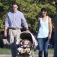 """Katie Holmes et Ryan Reynolds avec leurs enfants fictifs sur le tournage du film """"Woman in Gold"""" à Culver City, le 16 juillet 2014."""