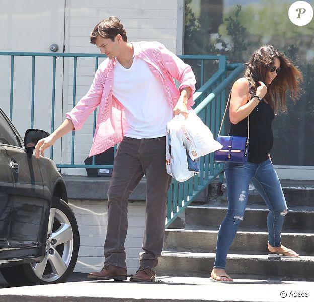 Mila Kunis, enceinte, et Ashton Kutcher à la sortie du centre Change your life à Studio City, le 15 juillet 2014