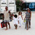 Jonathan de Guzman et ses enfants sur la plage Coco à Ibiza, le 19 juillet 2014