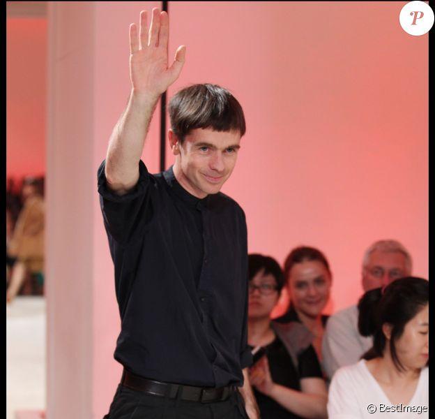 Christophe Lemaire salue l'assistance à la fin d'un défilé Hermès en 2011