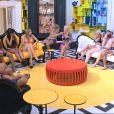 Les candidats sont convoqués dans le salon par La Voix qui annonce le début du Sexy Ménage (dans Secret Story 8, le mercredi 30 juillet 2014.)