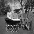 La reine Elizabeth II lors de ses 39 ans en avril 1965 avec le duc d'Edimbourg et leurs enfants Anne, Edward, Charles et Andrew à Windsor.