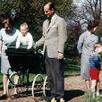 Le duc d'Edimbourg surveille le prince Edward, bébé, sous les yeux de la princesse Anne, en avril 1965 à Windsor.