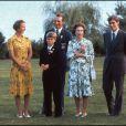 Le prince Philip et la reine Elizabeth II avec leurs enfants la princesse Anne, le prince Edward, le prince Andrew et le prince Charles en 1976