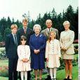 La reine Elizabeth II et le duc d'Edimbourg à Balmoral en avril 1999, entourés de leurs petits-enfants.