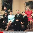 Elizabeth II et le duc d'Edimbourg entourés de leurs enfants Charles, Edward, Andrew et Anne, en novembre 1972 à Buckingham Palace.