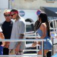 Chris Brown et une amie descendent sur le port de Saint-Tropez, le 31 juillet 2014.
