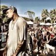 De passage à Saint-Tropez, Chris Brown et son entourage se détendent au Nikki Beach puis sur leur bateau. Le 31 juillet 2014.