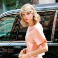 Taylor Swift, toujours aussi élégante dans sa robe courte, va déjeuner au Smile Cafe à New York, le 18 juillet 2014.