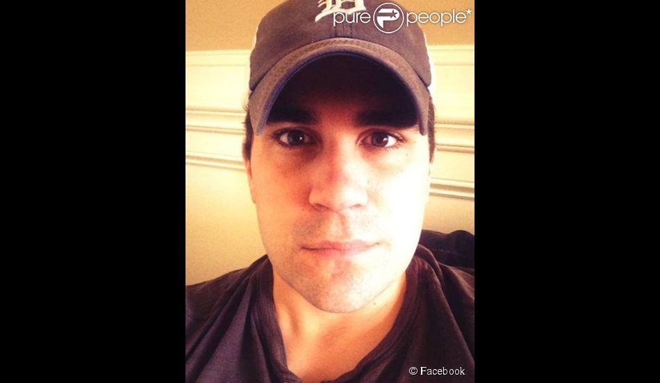 Josh Grocin, ex-finaliste d'American Idol, saison 2, a publié une lettre de suicide sur son compte Facebook, le 14 août 2014.
