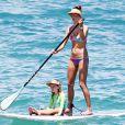 Alessandra Ambrosio et sa fille Anja font du paddle à Maui. Hawaï, le 15 août 2014.