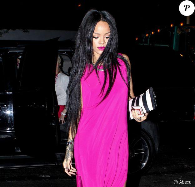 Rihanna, habillée d'une robe violette Helmut Lang et de souliers Christian Louboutin, se rend au Butter Restaurant dans le quartier de Midtown, à New York. Le 18 août 2014.