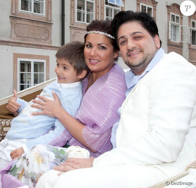 La soprano russe Anna Netrebko a fêté ses fiançailles avec le ténor azerbaïdjanais Yusif Eyvazov, en présence de son fils Tiago (5 ans), le 19 août 2014 à Salzbourg, en marge de sa participation au Festival dans le rôle de Leonora pour Il Trovatore de Verdi, avec Placido Domingo.