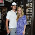Brooklyn Decker et Andy Roddick lors du TOMS Challenged Americans to Go One Day Without Shoes to Raise Global Awareness About Childrens Health and Education Needs, chez TOM'S Coffee à Venice, Los Angeles, le 29 avril 2014