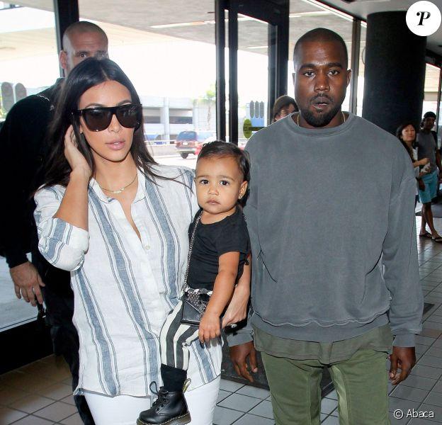 Voyage en famille ! Kim Kardashian, son mari Kanye West et leur fille North prennent un vol à l'aéroport LAX de Los Angeles. Le 1er septembre 2014.