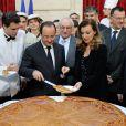 François Hollande et Valérie Trierweiler découpent la galette des rois à l'Elysée le 8 janvier 2014. La dernière photo du couple présidentiel ?