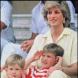 La princesse Diana avec les princes Harry et William en octobre 1987 à Palma de Majorque.