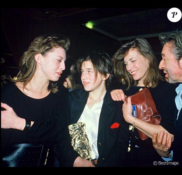 Serge Gainsbourg, Jane Birkin et Kate Barry félicitant Charlotte Gainsbourg aux César en 1986