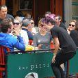 Lily Allen au pied de Jessica Hart dans un restaurant de New York, le 21 septembre 2014.