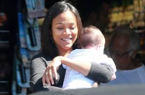 Zoe Saldana enceinte : Un bébé dans les bras, la star joue déjà à la maman