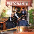 George Clooney et ses amis quittent le restaurant Da Ivo, à Venise le 26 septembre 2014, après sa soirée d'enterrement de vie de garçon, avant son mariage avec Amal Alamuddin.
