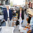 Alain Juppé se promène avec sa femme Isabelle dans les rues de Bordeaux, le 27 septembre 2014.