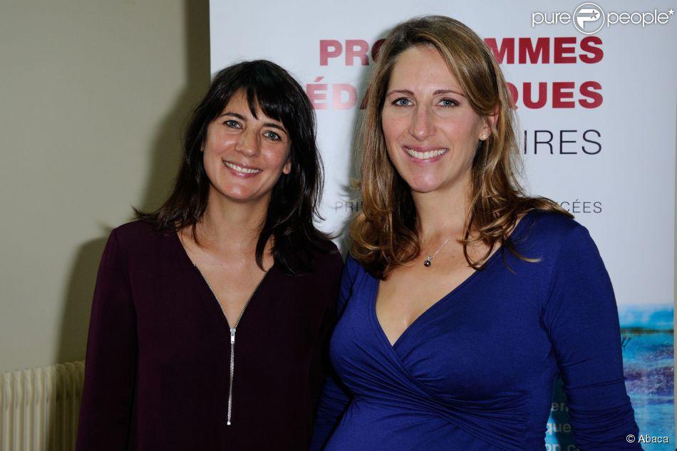 Estelle Denis et Maud Fontenoy, enceinte, à la présentation des kits pédagogiques de la fondation de la navigatrice dans un collège à Paris le 29 septembre 2014.