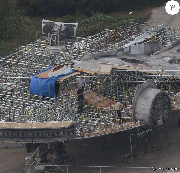 Exclusif - Survol du tournage du nouveau Star Wars 7 dans le Berkshire en Angleterre, le 17 septembre 2014, avec le faucon millenium.