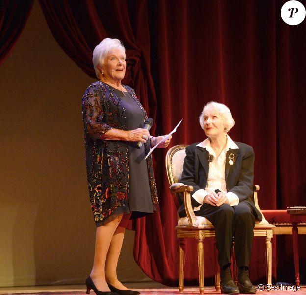 """Line Renaud et Gisèle Casadesus - Gisèle Casadesus, """"servante du théâtre"""", honorée par ses pairs au Théatre Edouard Vll à Paris le 29 septembre 2014."""