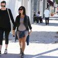 Kourtney Kardashian enceinte et sa soeur Khloe se rendent à la galerie de John Baldessari à Los Angeles, le 24 septembre 2014.