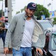 Mila Kunis, enceinte, et Ashton Kutcher sont allés déjeuner à Los Feliz. Mila se cache des photographes derrière Ashton. Le 24 mai 2014.