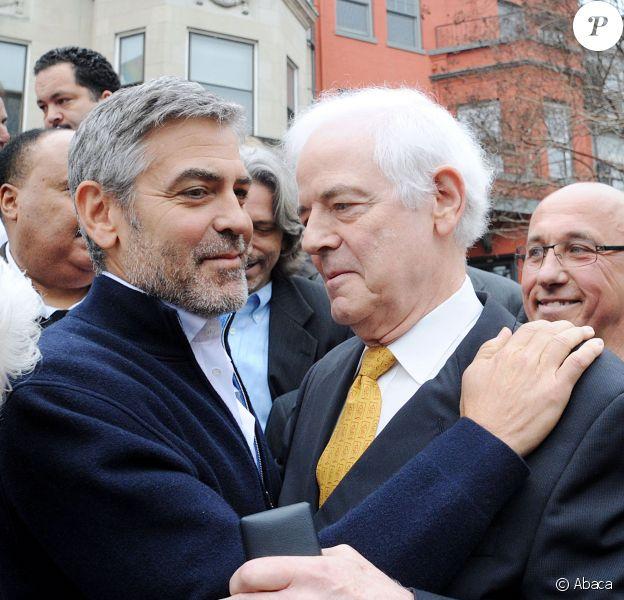 George Clooney et son père Nick Clooney lors d'une manifestation devant l'ambassade du Soudan à Washington le 16 mars 2012