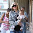 Gwen Stefani se rend chez sa mère avec son fils pour fêter ses 45 ans à Los Angeles. Gwen s'est teint une mèche noire mais seulement d'un côté. Le 3 octobre 2014