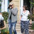 La star Gwen Stefani se rend chez sa mère avec son fils Apollo pour fêter ses 45 ans à Los Angeles. Gwen s'est teint une mèche noire mais seulement d'un côté. Le 3 octobre 2014