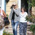 La belle Gwen Stefani se rend chez sa mère avec son fils Apollo pour fêter ses 45 ans à Los Angeles. Gwen s'est teint une mèche noire mais seulement d'un côté. Le 3 octobre 2014
