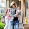 Gwen Stefani se rend chez sa mère avec son fils Apollo pour fêter ses 45 ans à Los Angeles. Gwen s'est teint une mèche noire mais seulement d'un côté. Le 3 octobre 2014