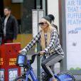 Amanda Bynes en promenade à vélo, dans les rues de New York, le 5 octobre 2014