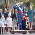 Le roi Felipe VI, la reine Letizia d'Espagne et leurs filles les princesses Leonor et Sofia, lors de l'hommage au drapeau à l'occasion de la fête nationale espagnole, à Madrid, le 12 octobre 2014.