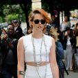 Kristen Stewart adopte une parure de bijoux ethniques et fashion au défilé Chanel