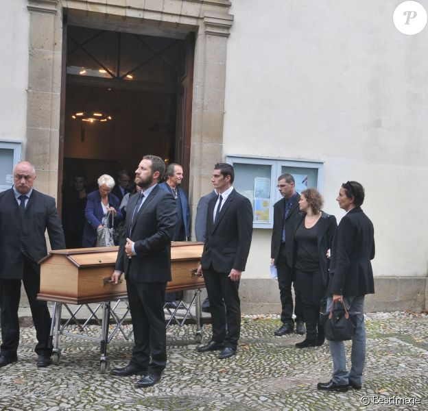 Nicole Galabru aux côtés du cercueil - Obsèques de Marc Galabru, le frère cadet de Michel Galabru, médecin, homme de lettres et de théâtre, en l'église Saint-Vincent au Bousquet-d'Orb, le 14 octobre 2014.