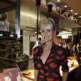 """Laeticia Hallyday - Présentation du livre d'Hélène Darroze, """"Les recettes de mes grands-mères"""", dans son restaurant parisien de la rue d'Assas, le 20 octobre 2014."""