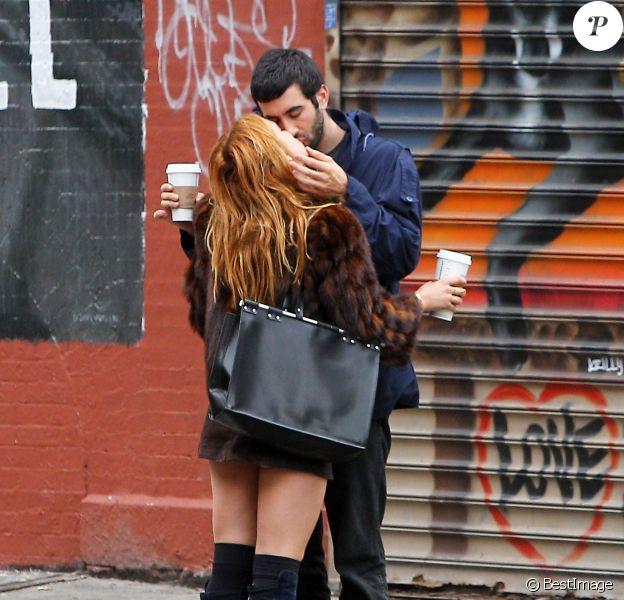 Scout Willis embrasse tendrement son nouveau boyfriend Matt Sukkar dans les rues de New York, le 23 octobre 2014.