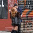 Scout Willis embrasse son nouveau petit ami Matt Sukkar dans les rues de New York, le 23 octobre 2014.