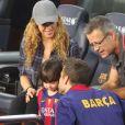La chanteuse Shakira, enceinte, son fils Milan et son beau-père Joan sont venus encourager Gerard Piqué et le FC Barcelone au Camp Nou le 18 octobre 2014.