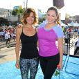 Brooke Burke et Kelly Brook lors de l'événement sportif Skechers Pier to Pier Friendship Walk à Manhattan Beach, le 26 octobre 2014.