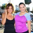 Brooke Burke et Kelly Brook prennent la pose lors de l'événement sportif Skechers Pier to Pier Friendship Walk à Manhattan Beach, le 26 octobre 2014.