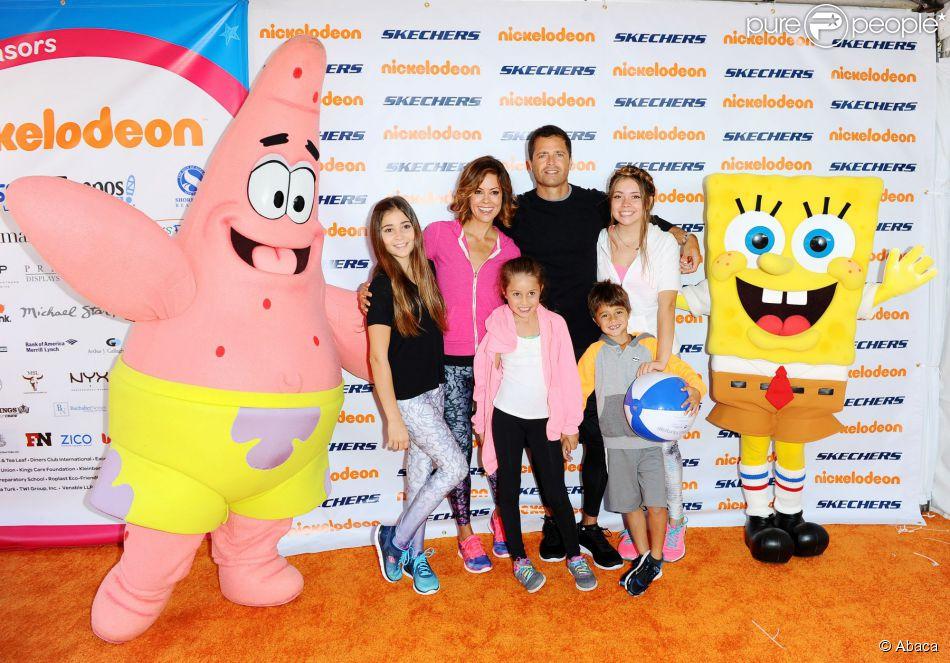 Brooke Burke en famille lors de l'événement sportif Skechers Pier to Pier Friendship Walk à Manhattan Beach, le 26 octobre 2014.