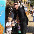 Robin Thicke et son fils Julian se promènent à Los Angeles, le 18 octobre 2014.