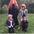 """"""" North West (à droite) avec Kim Kardashian déguisée en Anna Wintour pour Halloween, le 31 octobre 2014. """""""